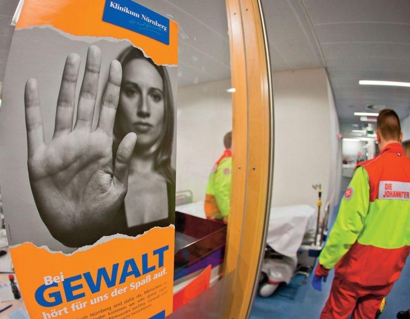 """""""Bei Gewalt hört für uns der Spaß auf"""". Mit diesem Plakat machte das Klinikum Nürnberg schon 2015 auf die zunehmende Gewalt in Krankenhäusern aufmerksam. Foto: dpa"""