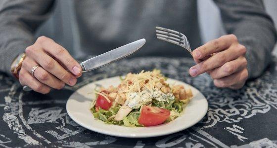 Mahlzeit mit Messer und Gabel essen /Alexander Lupin, stock.adobe.com