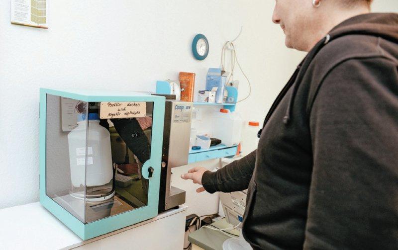 Rund 78 800 Opiatabhängige erhalten eine Substitionsbehandlung, zum Beispiel mit Methadon. Foto: picture alliance/Jan Haas für Deutsches Ärzteblatt