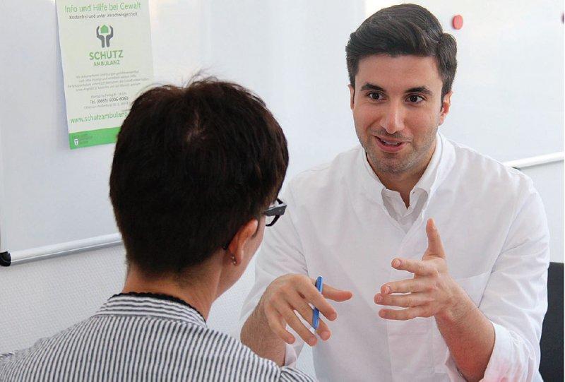 Patientenkontakte sind für den jungen Arzt auch am Gesundheitsamt Alltag – wenngleich sein Fokus mehr auf Gesunderhaltung und Prävention liegt anstatt auf Therapiekonzepten. Foto: Nadja Moalem