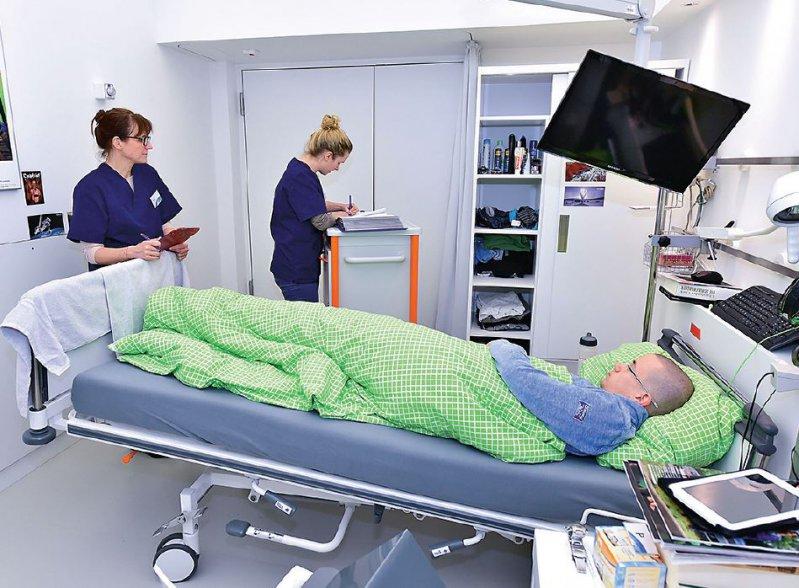 die Auswirkungen der Schwerelosigkeit werden im Rahmen von Bettruhestudien (links) untersucht, beispielsweise beim DLR. Foto: DLR