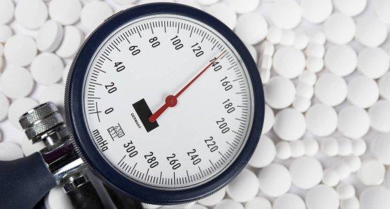 Blutdruckmessgerät und Tabletten /redaktion93, stock.adobe.com