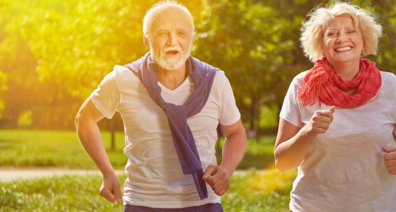 Zwei ältere Menschen beim Joggen. /Robert Kneschke, stock.adobe.com