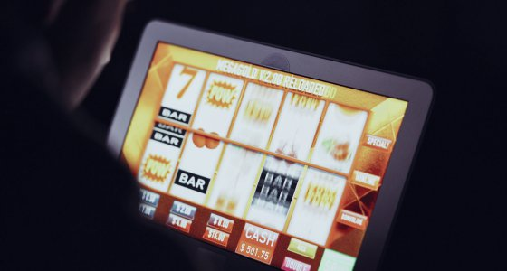 Jemand spielt online Glücksspiel. /AA+W, stockadobecom