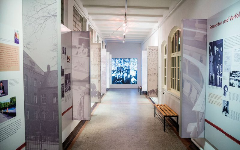 Die als Rundgang angelegte Ausstellung gibt Einblick in die Schicksale der Opfer und versucht sich der Perspektive der Täter anzunähern. Foto: Charité