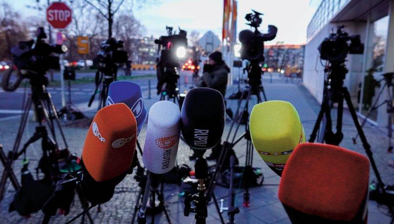 Warten auf Ergebnisse: Bei Redaktionsschluss dieser Ausgabe verhandelten Union und SPD noch über gerechtere Arzthonorare. Foto: dpa