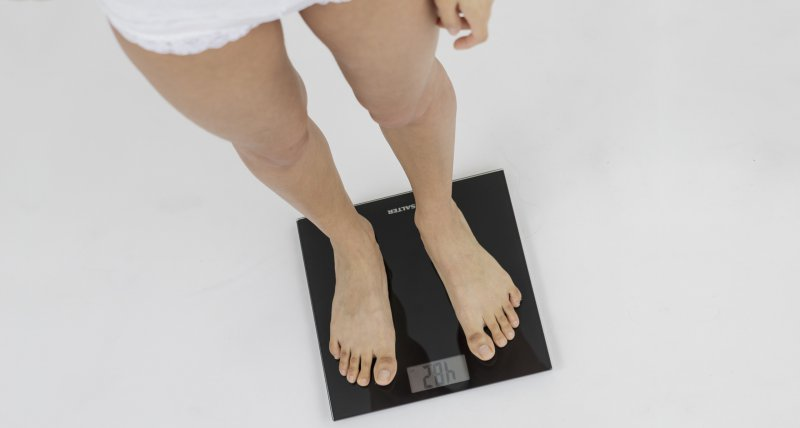 Eine junge Frau steht am 16.03.2015 in einem Studio in Berlin auf einer Waage, die 48,2 kg anzeigt. Fotograf:     Monique Wuestenhagen Quelle:     dpa Themendiens