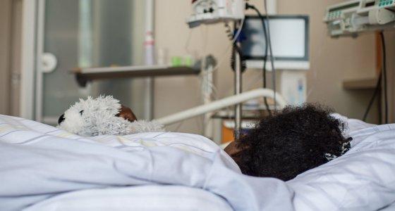 Ein 19-Jähriges Mädchen aus Somalia liegt am 2016 im Krankenhaus Waldfriede in Berlin in ihrem Bett. Sie kämpft mit schweren Folgen von Genitalverstümmelung, die sie als kleines Kind erlitten hat.Foto: Wolfram Kastl/dpa