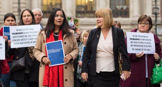 Yasmin Qureshi (vierte von links) und Marie Lyon, Vorsitzende der Association for Children Damaged by Hormone Pregnancy Tests (zweite von rechts) zusammen mit betroffenen Familien auf dem Weg zur Publikation des Reports des britischen Expertengremiums in London am 15. November 2017. /dpa, Fotograf: Dominic Lipinski