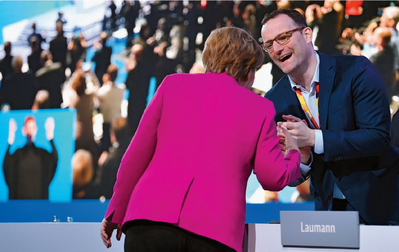 Ein Dankeschön für die Nominierung? Angela Merkel und Jens Spahn auf dem Bundesparteitag der CDU am 26. Februar. Foto: dpa