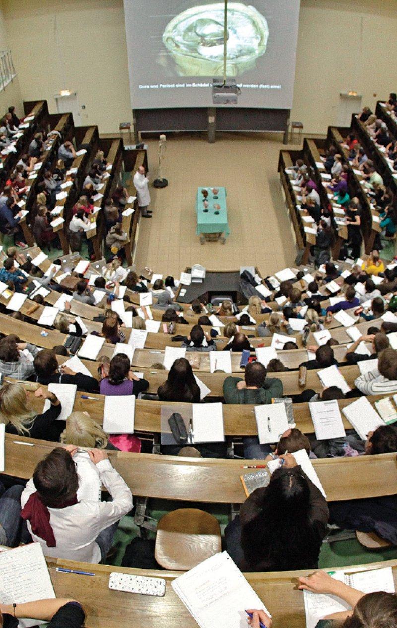 Nicht einmal jeder vierte Bewerber hat bundesweit die Möglichkeit, einen der heiß begehrten Medizinstudienplätze zu erhalten. Foto: dpa
