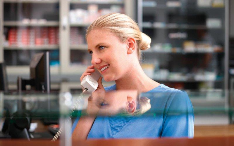 Aufmerksames Personal ist einer Umfrage zufolge wichtiger als die Präsenz in digitalen Medien. Foto: picture alliance