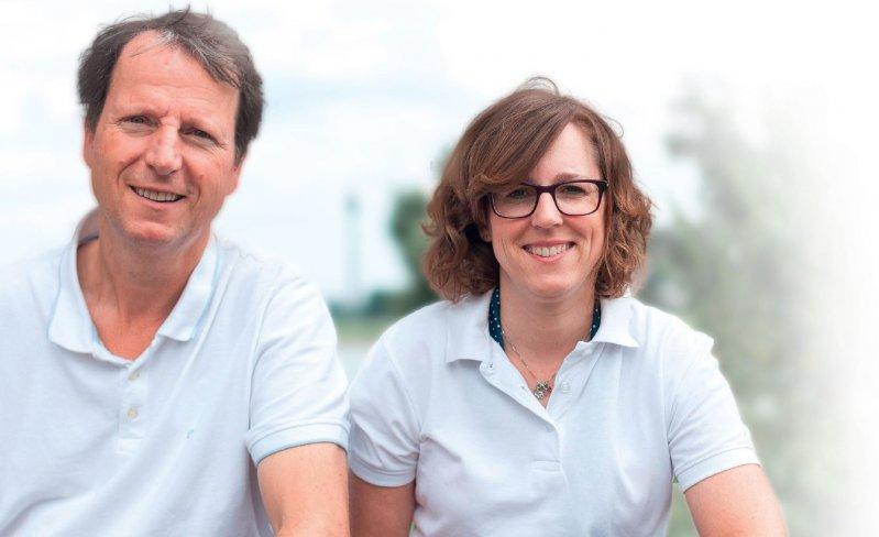 Die Dozenten des Mind-Body- Medizin-Kurses in Düsseldorf, Dr. rer. medic. Sabine Hubbertz-Josat und Dr. med. Ulrich Sappok, legen während des Kurses Wert auf eine professionelle Feedbackkultur.