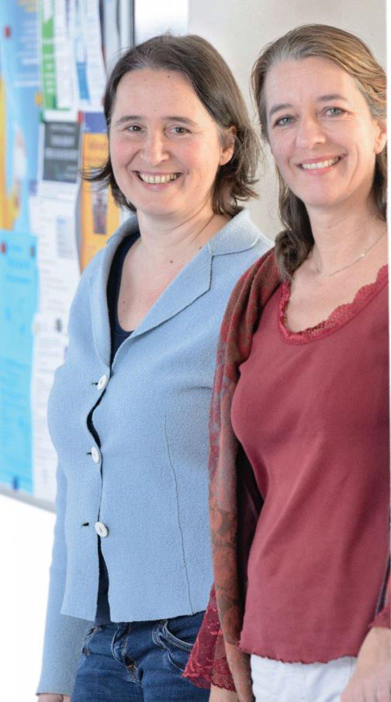 Ein seit Jahren eingespieltes Team: die Allgemeinmedizinerinnen Prof. Dr. med. Ildikó Gágyor (links) und Prof. Dr. med. Anne Simmenroth (rechts). Foto: Daniel Peter