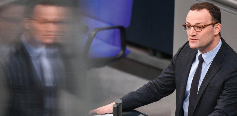 Bundesgesundheitsminister Jens Spahn (CDU) bei der ersten Regierungserklärung als Ressortchef. Die Terminservicestellen sollen zum Sommer reformiert werden. Fotos: dpa