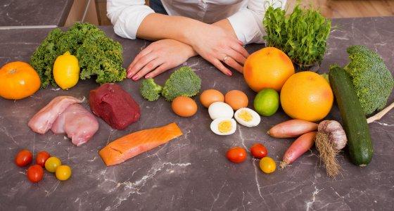 Gemüse, Obst, Fleisch und Fisch liegen auf einem Tisch, low carb, ketogene Diät/Kaspars Grinvalds, stock.adobe.com
