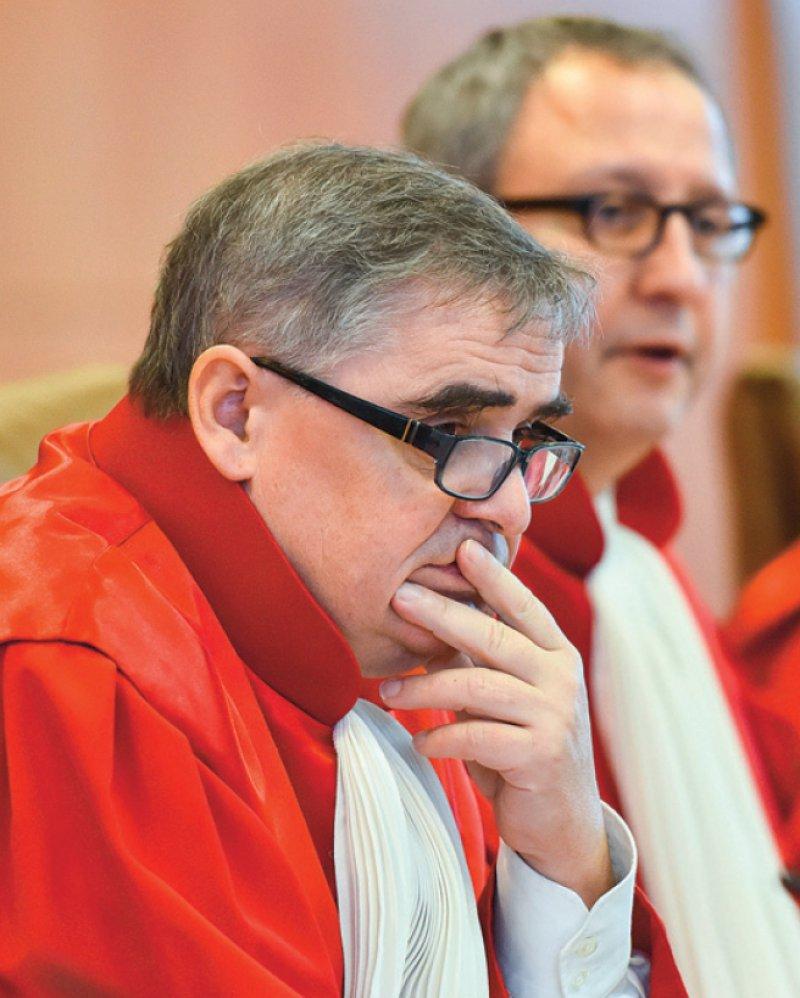 Peter Müller (vorne) wird nicht über die Frage mitentscheiden, ob das Sterbehilfegesetz verfassungskonform ist. Foto: dpa
