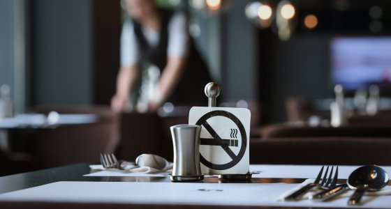 Rauchverbotshinweis auf einem Tisch in einem Restaurant. /dpa