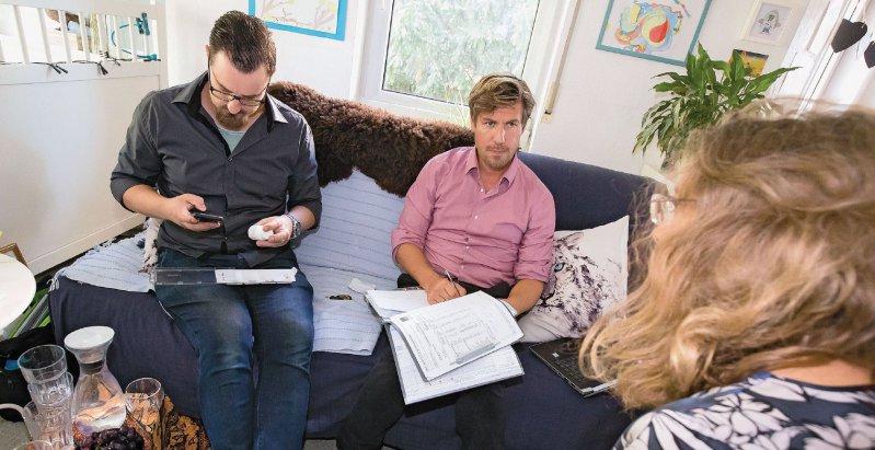 Therapie im Wohnzimmer: Krankenpfleger Kevin Stegemann (links) und Oberarzt Sebastian von Peter (rechts) bei der Visite im Wohnzimmer einer Patientin. Fotos: Georg J. Lopata