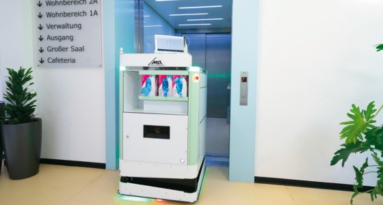 Der intelligente Pflegewagen navigiert autonom an den gewünschten Einsatzort und kann dabei auch Fahrstühle nutzen./Fraunhofer IPA