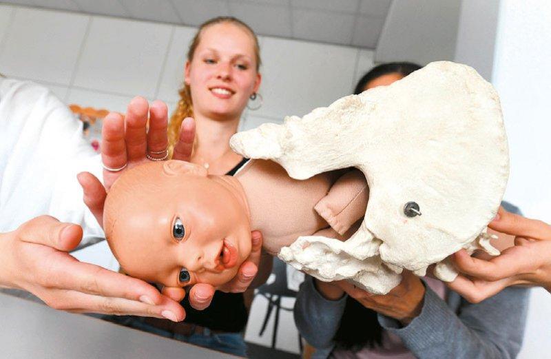 Die Hebammenausbildung dauert bisher drei Jahre und umfasst Unterricht in staatlich anerkannten Hebammen – schulen und an Kliniken. Foto: dpa