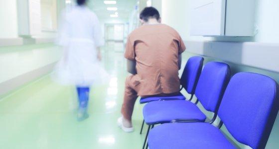 Patient sitzt allein auf dem Flur einer Klinik /sudok1, stock.adobe.com
