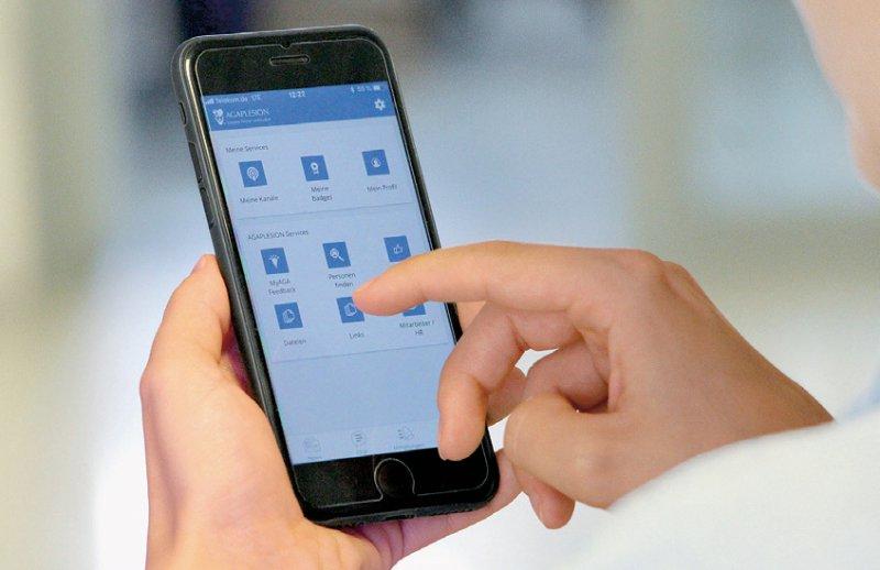 Features wie ein Chatbereich, Verlinkungen zur E-Learning-Plattform oder der Speiseplan gehören zum Informationsund Kommunikationsangebot der App. Foto: Agaplesion