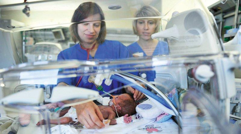Kinderintensivstationen mussten wegen fehlender Bettenkapazitäten Patienten abweisen. Foto: picture alliance