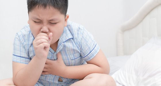 Sick obese boy is coughing and throat infection/kwanchaichaiudom, stock.adobe.com