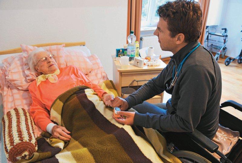 Für die Versorgung von Pflegeheimbesuchern gibt es mehr Verträge zwischen Einrichtungen und Ärzten. Foto: picture alliance