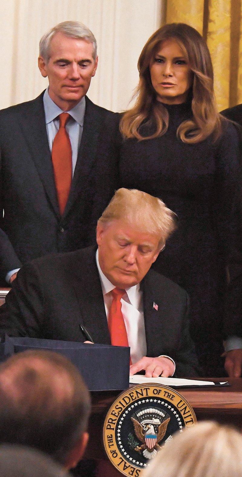 Mit dem von Donald Trump unterschriebenen Gesetz fließen mehr als acht Milliarden US-Dollar in die Bekämpfung der Opioidkrise. Foto: picture alliance