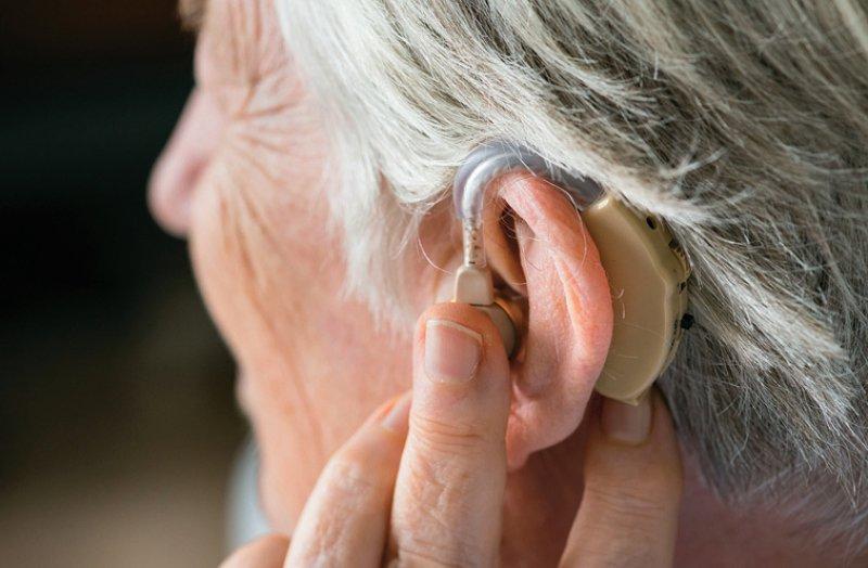 Auch Erwachsene können künftig – zusätzlich zu Hörhilfen oder Cochlea-Implantaten – Übertragungsanlagen verordnet bekommen. Foto: Rawpixel.com/stock.adobe.com