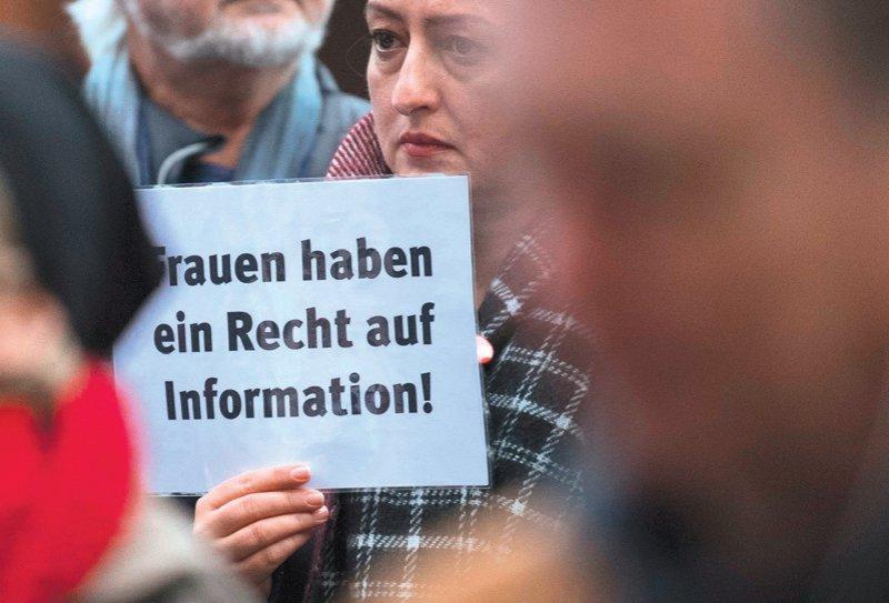 Der Streit um das Werbeverbot hat immer wieder auch zu Demonstrationen von Gegnern und Befürwortern der Regelung geführt. Foto: picture alliance