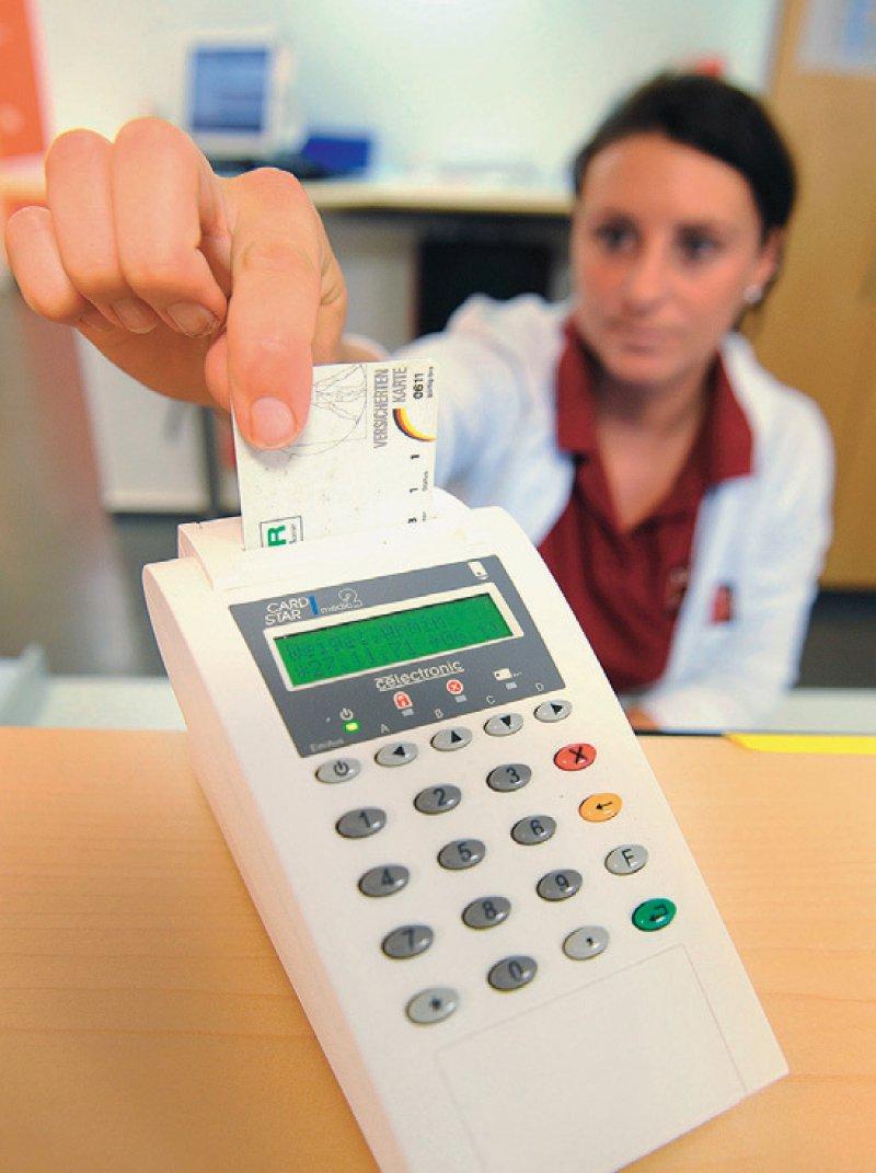 Mit den Gesundheitskarten der zweiten Generation (G2) kann der elektronische Datenabgleich erfolgen. Foto: dpa