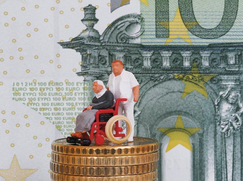 Pflegebedürftige sollen laut der DAK Gesundheit einen festen Sockel bezahlen. Den Rest soll die Pflegeversicherung tragen. Foto: picture alliance