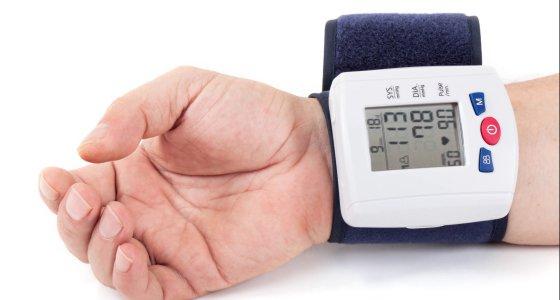 Blutdruck am Handgelenk messen. /dpa
