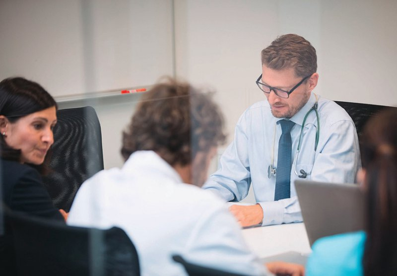 Ärzte, Pflegekräfte und Krankenhausleitung sollten auf Augenhöhe agieren können. Foto: mauritius images