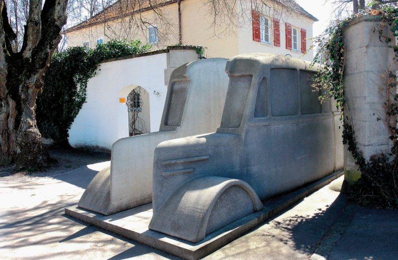 Zwei originalgroße Nachbildungen der Busse, mit denen die Patienten in die Tötungsanstalten gebracht wurden, ziehen Aufmerksamkeit auf sich. Foto: picture alliance