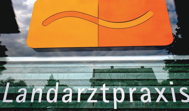 Landarzt gesucht: Derzeit gehen in NRW jährlich rund 400 Allgemeinmediziner in den Ruhestand, nur 200 Studierende entscheiden sich für den Beruf als Hausarzt. Foto: dpa