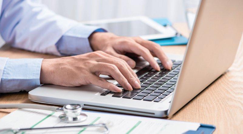 Über CIRS-Plattformen können Ärztinnen und Ärzte unerwünschte Ereignisse melden. Foto: makistock stock.adobe.com