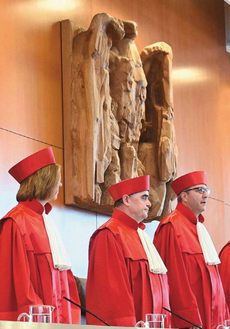 """Der Zweite Senat des Bundesverfassungsgerichts unter Vorsitz von Gerichtspräsident Andreas Voßkuhle (rechts) entschied in einem """"Stuhlurteil"""" unmittelbar nach einer mündlichen Verhandlung Foto: dpa"""