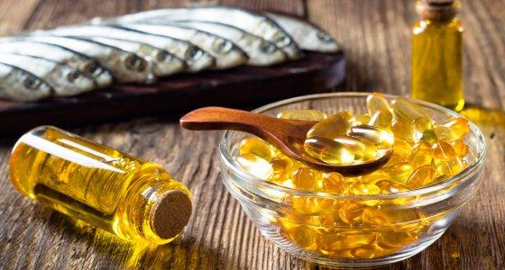 Omega-3-Fettsäuren in Kapseln, oder in Fisch z. B. Lachs, Makrele und Hering /Dmitrii, stock.adobe.com