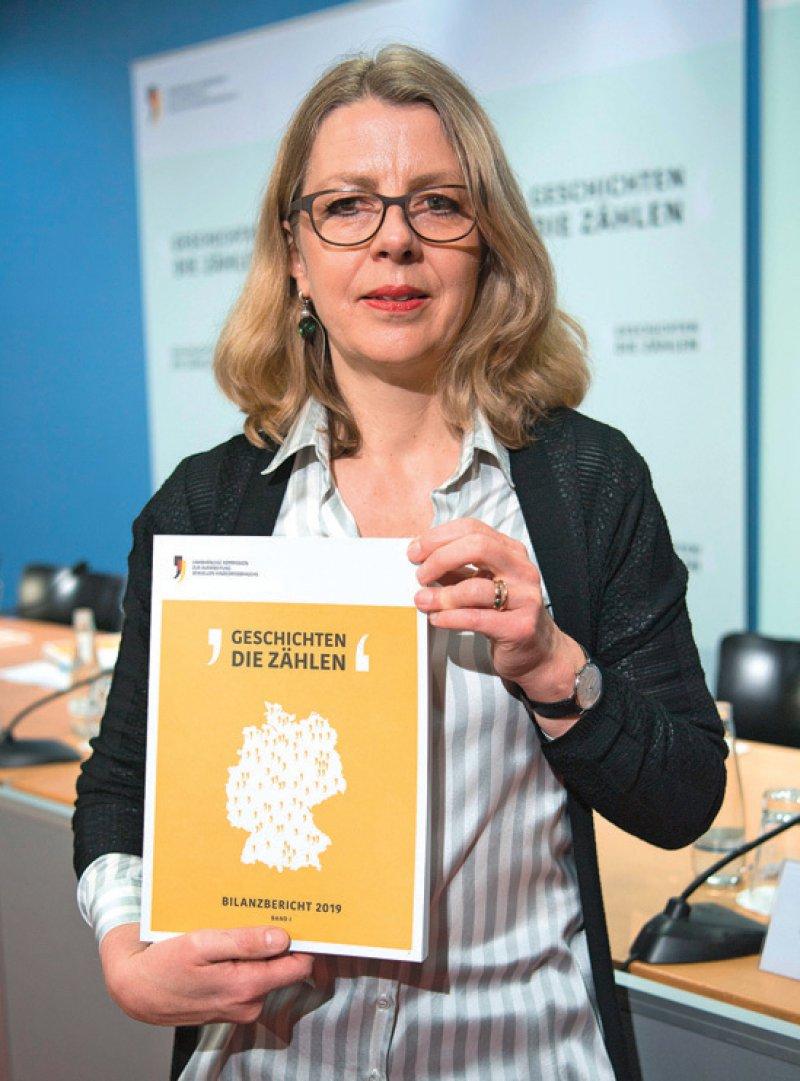 Die Vorsitzende der Aufarbeitungskommission, Sabine Andresen, stellt Erfahrungsberichte von Betroffenen sexuellen Missbrauchs vor. Foto: dpa