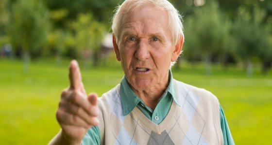 Älterer Mann droht mit dem Zeigefinger /DenisProduction.com, adobe.stock.com