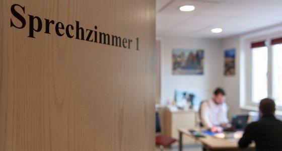 Arzt mit Patient im Sprechzimmer. /dpa