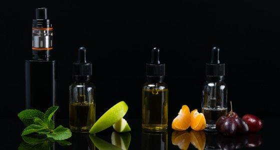 E-Zigaretten mit Minze, Apfel, Orange und Trauben. /kurgu128, adobe.stock.com