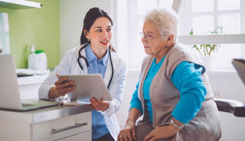 Auf einen Medikationsplan haben Versicherte Anspruch, die gleichzeitig mindestens drei verordnete Arzneimittel anwenden. Foto: Eva-Katalin/iStock