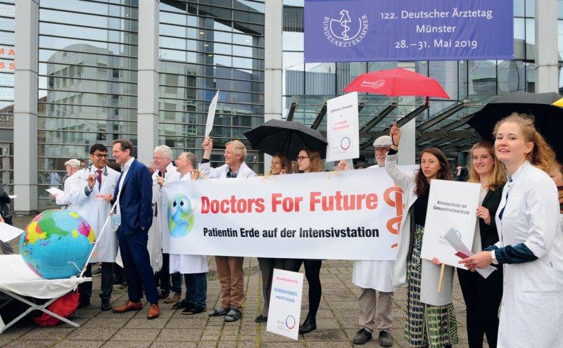 Für mehr Engagement beim Klimaschutz haben sich Ärzte und Medizinstudierende vor der Halle Münsterland eingesetzt. Foto: Thorsten Maybaum