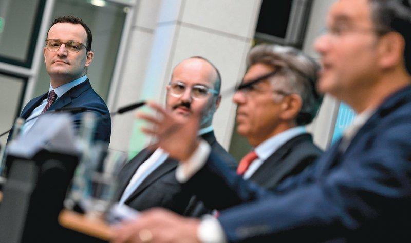 Pressekonferenz zum Konversionstherapieverbot (von links): Jens Spahn, Jörg Litwinschuh- Barthel, geschäftsführender Vorstand der Bundesstiftung Magnus Hirschfeld, sowie Martin Burgi und Peer Briken. Foto. dpa