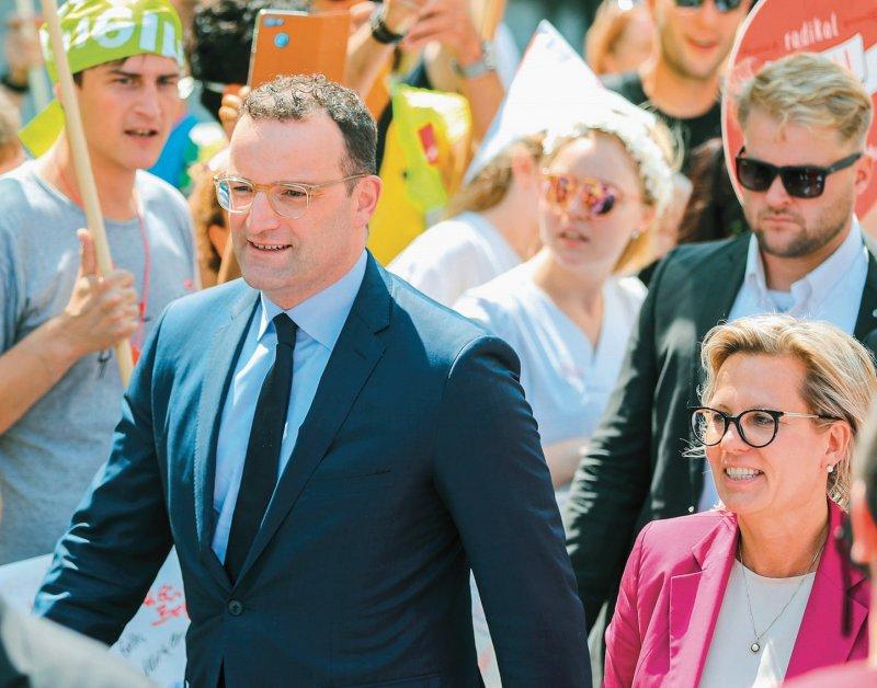 Bundesgesundheitsminister Jens Spahn und Sachsens Gesundheitsministerin Barbara Klepsch (beide CDU) wurden zum zum Auftakt der Ministerkonferenz von Demonstranten empfangen. Foto: dpa